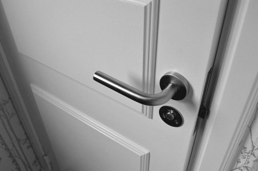 бяла интериорна врата с дръжка