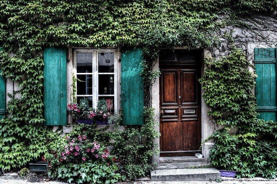 Входна врата на къща