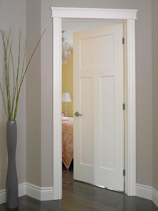 Бяла класическа интериорна врата